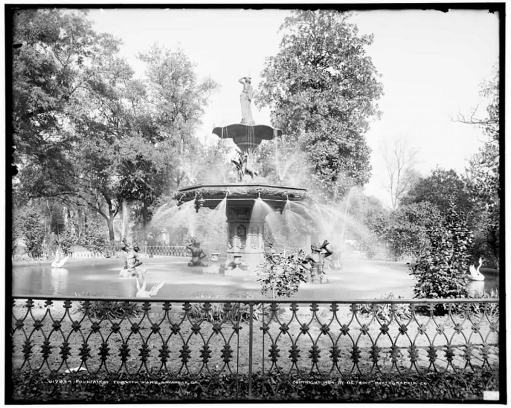 B&W photo of the iconic Forsyth Park fountain in 1904